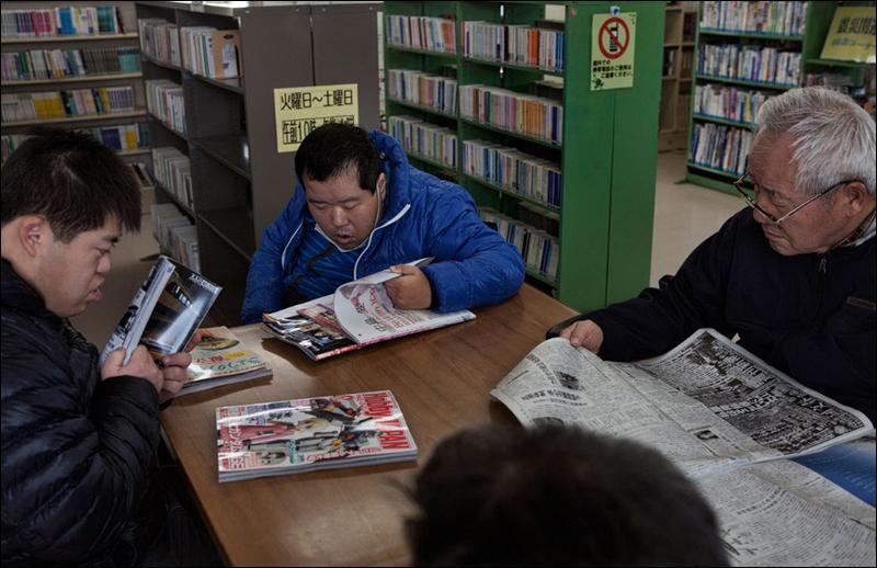 士希望能去市立图书馆看书.图书馆在大地震中倒塌,目前已建有临图片